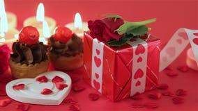 Schokoladenkleiner kuchen mit Rosen und Geschenk am Kerzenlicht stock video