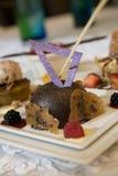 Schokoladenkleiner kuchen mit weißen Schokoladenakzenten Stockfoto