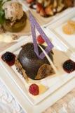 Schokoladenkleiner kuchen mit weißen Schokoladenakzenten Stockbild