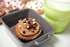 Schokoladenkleiner kuchen und -milch Stockfotos