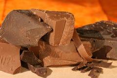 Schokoladenklumpen: Dunkelheit und Milch Stockfotos