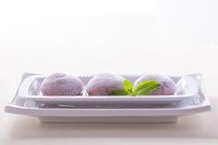 Schokoladenkokosnuß mochi Eiscreme auf weißem Hintergrund stockfotos