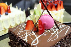 Schokoladenkuchen überstiegen mit einer Erdbeere Lizenzfreie Stockfotografie