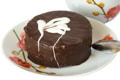 Schokoladenkuchen überstiegen mit einer Erdbeere Lizenzfreie Stockfotos