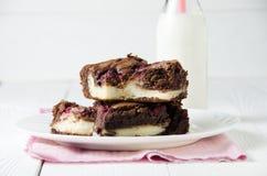 Schokoladenkuchen angefüllt mit Himbeere und Käsekuchen, mit Milch, auf Stift Lizenzfreies Stockfoto