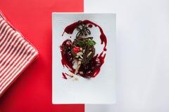Schokoladenkuchen auf buntem Hintergrund Lizenzfreies Stockfoto