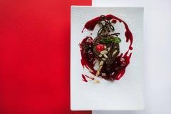 Schokoladenkuchen auf buntem Hintergrund des Kontrastes Stockfotografie