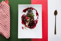 Schokoladenkuchen auf buntem Hintergrund des Kontrastes Lizenzfreie Stockfotografie
