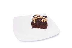 Schokoladenkuchen auf dem Teller lokalisiert auf weißem Hintergrund stockfoto