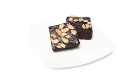 Schokoladenkuchen auf dem Teller lokalisiert auf weißem Hintergrund stockfotografie