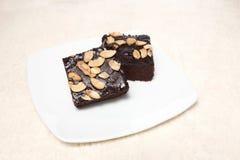 Schokoladenkuchen auf dem Teller und Teppich lokalisiert auf weißem Hintergrund lizenzfreies stockbild