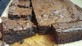 Schokoladenkuchen auf der Platte Stockfotografie