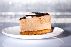Schokoladenkuchen auf der Platte auf silbernem Hintergrund Stockbilder