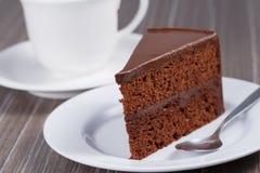 Schokoladenkuchen auf der weißen Platte Stockfotos
