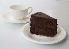 Schokoladenkuchen auf einem weißen Hintergrund mit q-Schale Stockfotografie