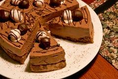 Schokoladenkuchen auf einer Gaststättetabelle Lizenzfreie Stockfotografie