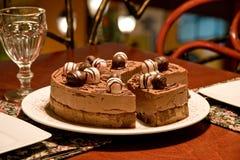 Schokoladenkuchen auf einer Gaststättetabelle Lizenzfreies Stockbild
