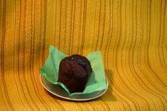 Schokoladenkuchen auf einer grünen Serviette Stockfotos