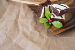 Schokoladenkuchen auf einer hölzernen Platte mit Kopienraum Stockfotos