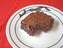 Schokoladenkuchen auf einer weißen Platte gesetztes O Stockfotografie