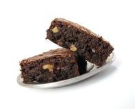Schokoladenkuchen auf einer Zinnplatte Stockbilder