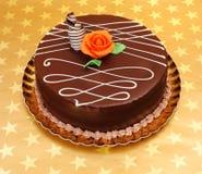 Schokoladenkuchen auf goldenem Sternhintergrund stockbild