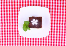 Schokoladenkuchen auf Platte Lizenzfreie Stockfotografie