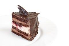 Schokoladenkuchen auf weißer Platte Lizenzfreies Stockfoto