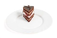 Schokoladenkuchen auf weißer Platte Lizenzfreies Stockbild