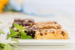 Schokoladenkuchen auf weißer Platte Stockfotografie