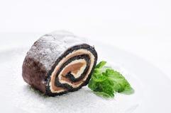 Schokoladenkuchen auf weißer Platte, on-line-Shopphotographie, Konditorei, Süßspeise, Minze, Schokoladenrolle, Sahnekuchen mit Pu Stockfotografie