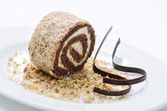 Schokoladenkuchen auf weißer Platte, on-line-Shopphotographie, Konditorei, Süßspeise, Schokoladenrolle, Sahnekuchen mit Nüssen au Stockfotos
