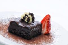 Schokoladenkuchen auf weißer Platte, Schokoladendekoration auf Kuchen, on-line-Shopphotographie, Konditorei, Süßspeise, Erdbeere Lizenzfreie Stockfotografie