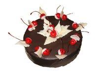Schokoladenkuchen bedeckt mit Schokolade und mit Kirschen verziert stockfotos