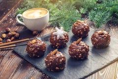 Schokoladenkuchen der selbst gemachten Weihnachts- oder Neujahrsfeiertagschokolade mit Nüssen auf hölzernem Hintergrund Konzept v Lizenzfreies Stockbild