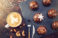 Schokoladenkuchen der selbst gemachten Weihnachts- oder Neujahrsfeiertagschokolade mit Nüssen auf hölzernem Hintergrund Konzept v Lizenzfreie Stockfotos