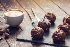 Schokoladenkuchen der selbst gemachten Weihnachts- oder Neujahrsfeiertagschokolade mit Nüssen auf hölzernem Hintergrund Konzept v Stockfotografie