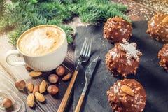 Schokoladenkuchen der selbst gemachten Weihnachts- oder Neujahrsfeiertagschokolade mit Nüssen auf hölzernem Hintergrund Konzept v Stockfoto