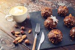 Schokoladenkuchen der selbst gemachten Weihnachts- oder Neujahrsfeiertagschokolade mit Nüssen auf hölzernem Hintergrund Konzept v Stockfotos