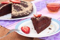 Schokoladenkuchen des strengen Vegetariers mit Mandeln und Erdbeere. Lenten Teller Lizenzfreie Stockfotos