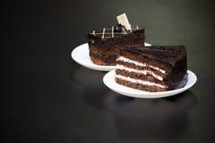 Schokoladenkuchen, dunkler Hintergrund Stockbilder
