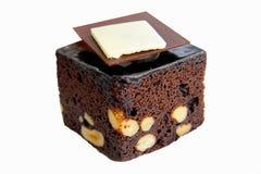 Schokoladenkuchen im weißen Hintergrund Lizenzfreies Stockfoto