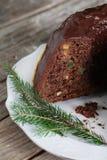 Schokoladenkuchen-Kranz gugelhupf mit kandierter Zitrusfruchtwüste Stockfotos