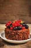 Schokoladenkuchen Mini mit den roten und Schwarzen Johannisbeeren Stockfotos