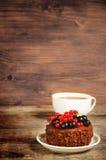 Schokoladenkuchen Mini mit den roten und Schwarzen Johannisbeeren Stockbilder