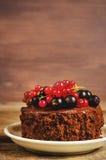 Schokoladenkuchen Mini mit den roten und Schwarzen Johannisbeeren Stockbild