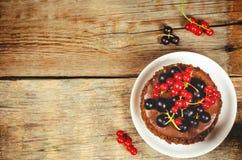 Schokoladenkuchen Mini mit den roten und Schwarzen Johannisbeeren Stockfotografie