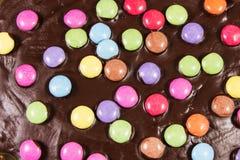 Schokoladenkuchen mit Alleswissern Stockbild