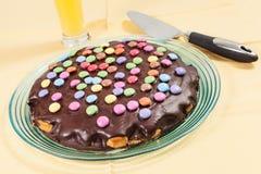 Schokoladenkuchen mit Alleswissern Lizenzfreie Stockbilder