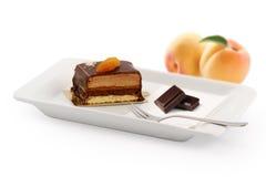 Schokoladenkuchen mit Aprikose Lizenzfreie Stockbilder